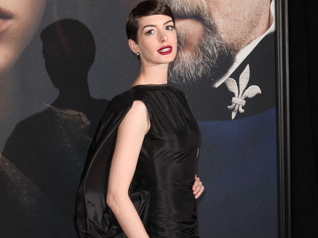 Anne Hathaway mit Schlitz im Kleid