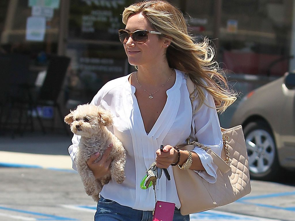 Ashley Tisdale in weißer Bluse