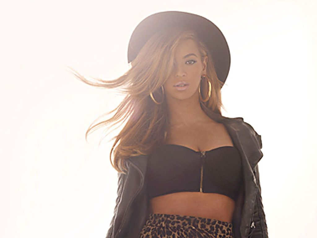 Beyoncé mit Leo-Rock, Lederjacke und Hut