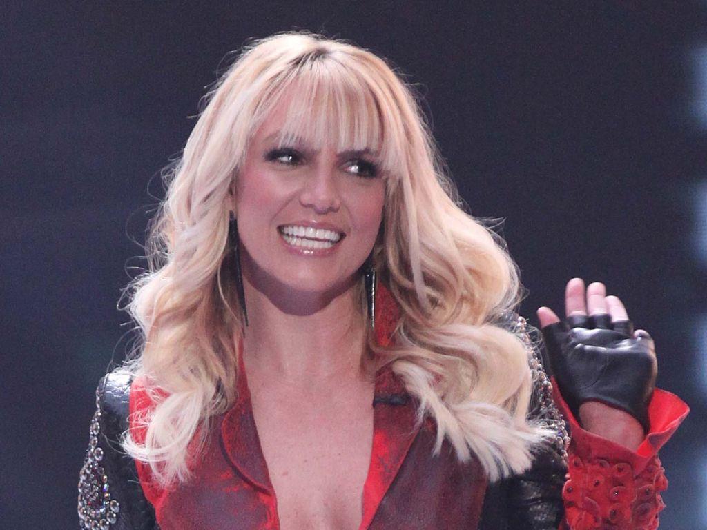 Britney Spears winkt