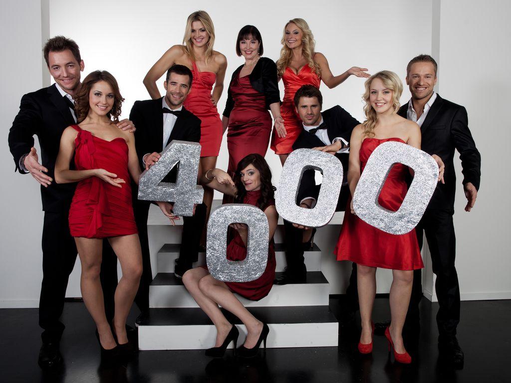 Der Verbotene Liebe-Cast posiert sich um die Zahl 4000
