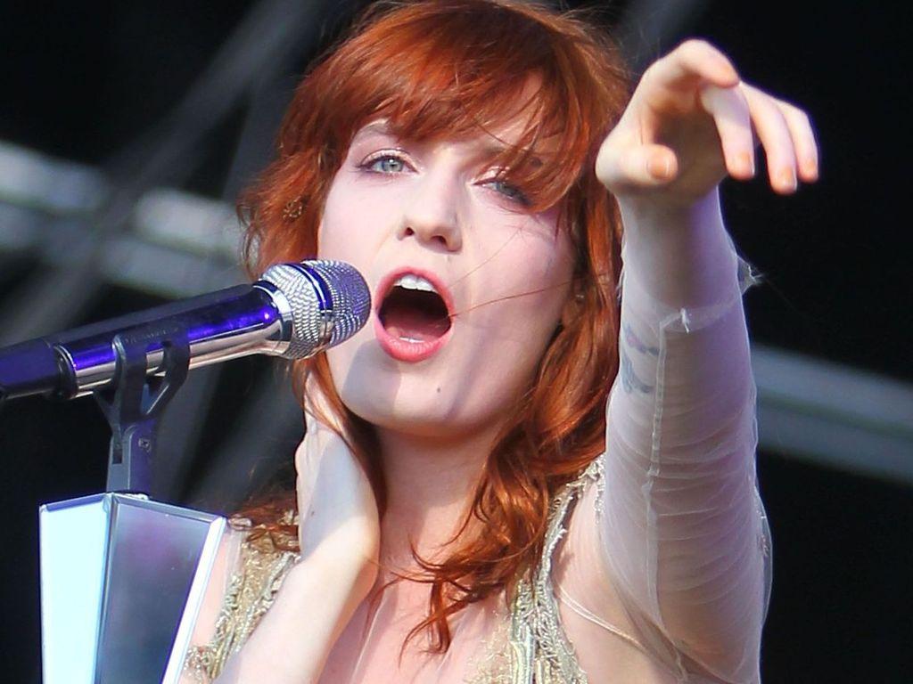 Florence Welch streckt ihren Arm aus
