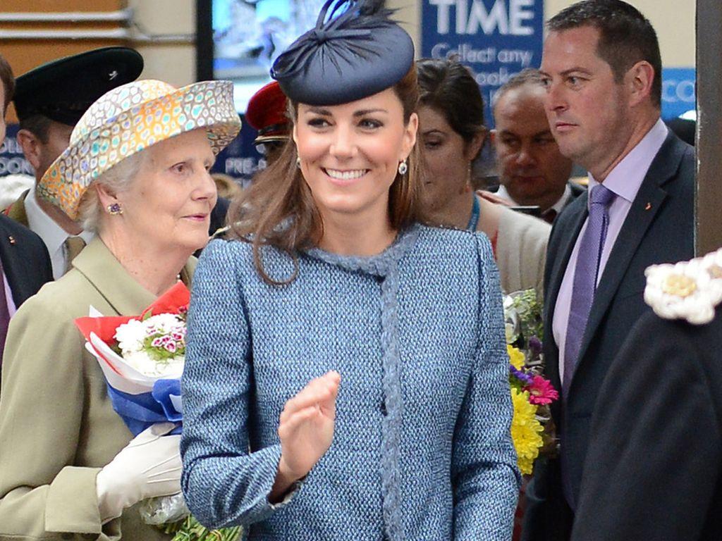 Herzogin Kate mit Clutch vor dem Bauch