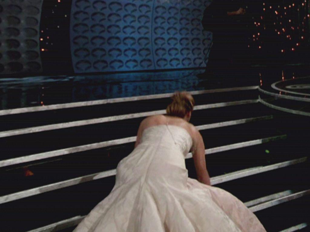 Jennifer Lawrence fällt eine Treppe hoch