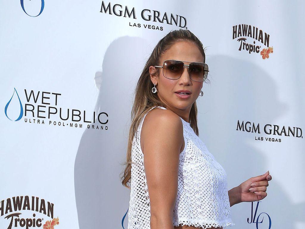 Jennifer Lopez mit weißen Shorts