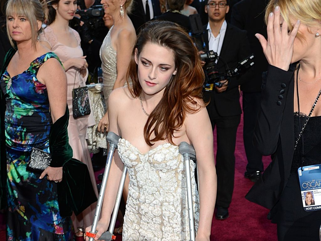 Kristen Stewart auf Krücken bei den Oscars