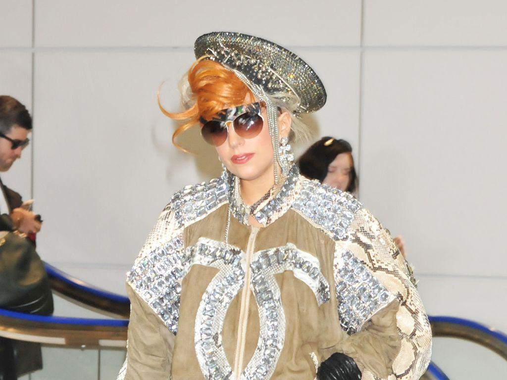 Lady GaGa in einem beigen Outfit