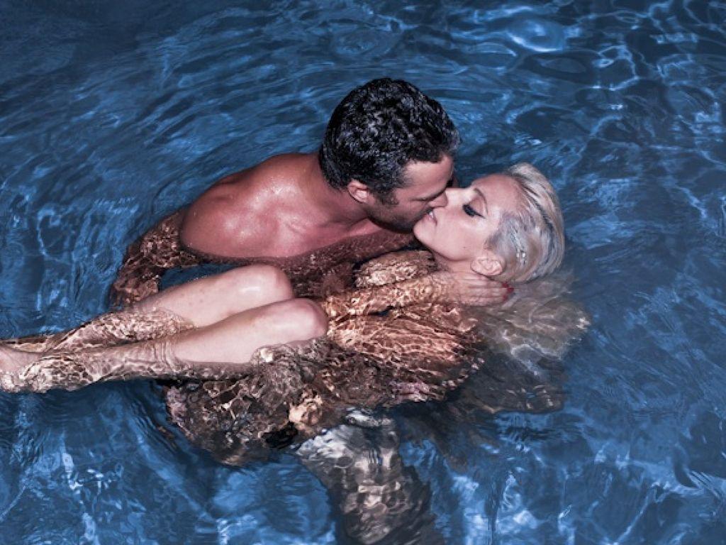 Lady Gaga Nackt mit Freund im Pool