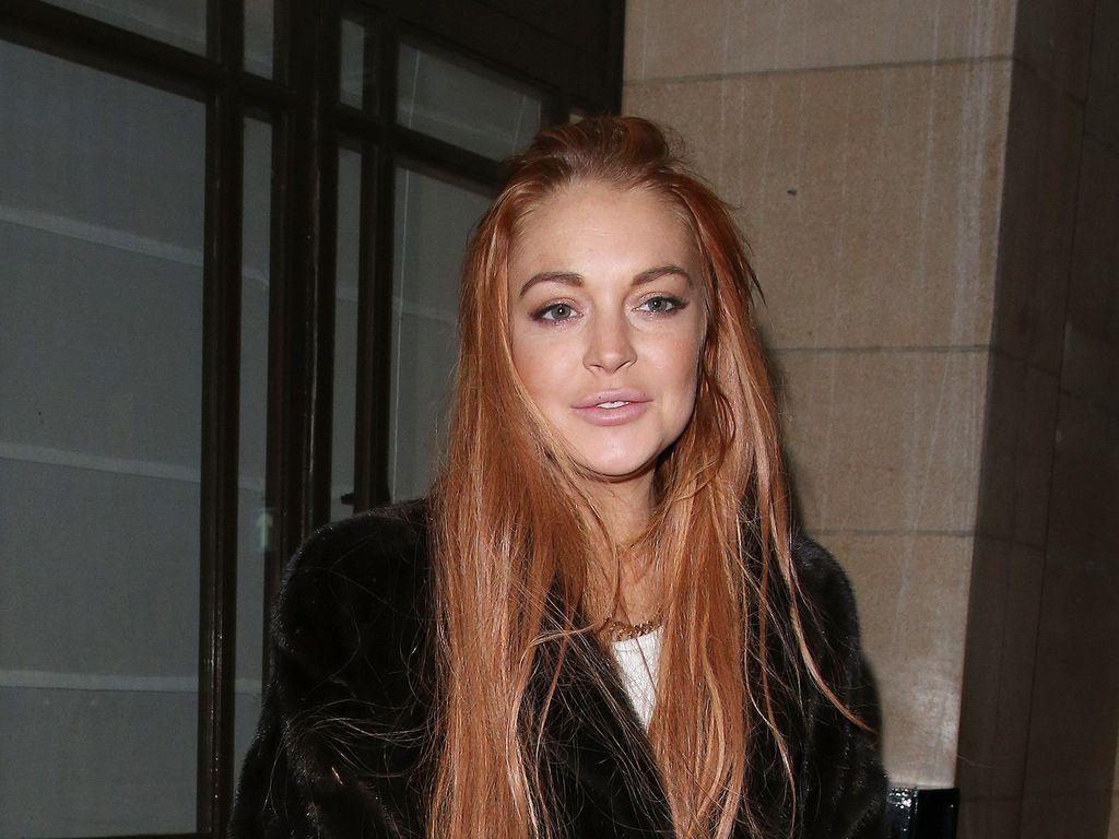 Lindsay Lohan trägt schwarzen Pelz