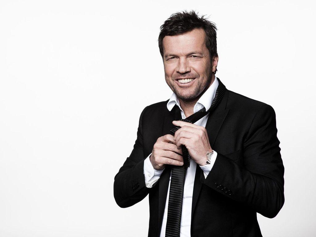 Lothar Matthäus rückt seine Krawatte zurecht