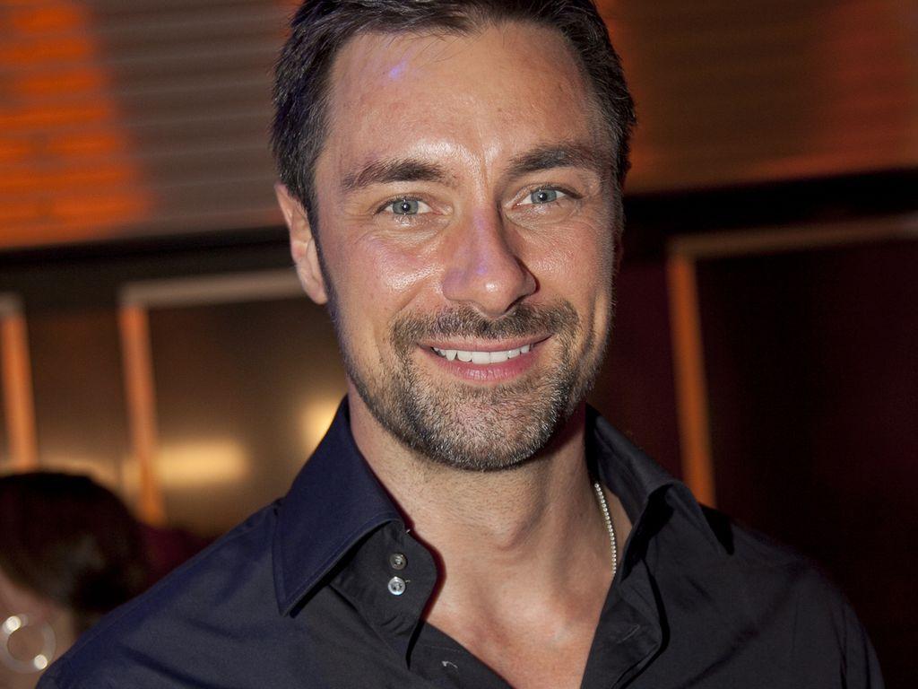 Marco Schreyl im schwarzen Hemd