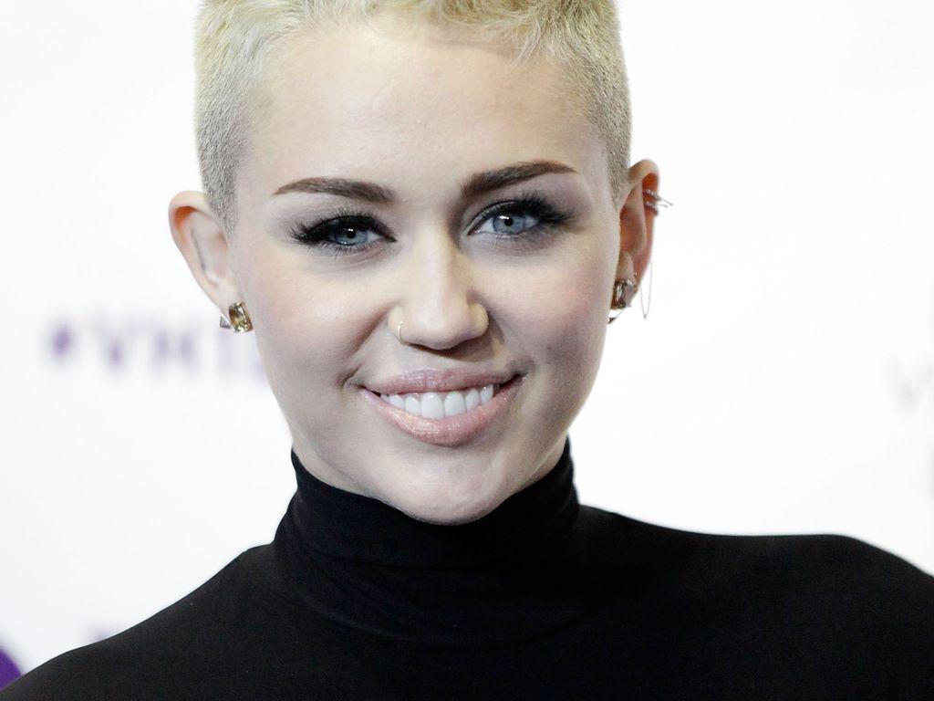 Miley Cyrus ganz in Schwarz lächelt süß