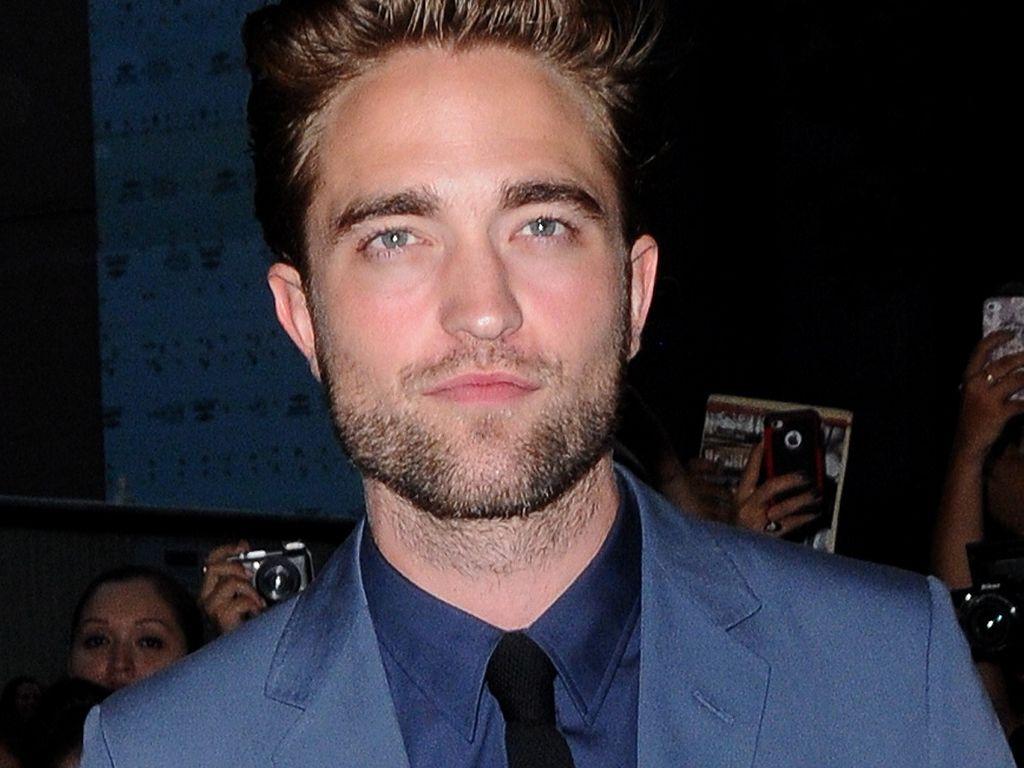 Robert Pattinson ganz sexy im blauen Anzug