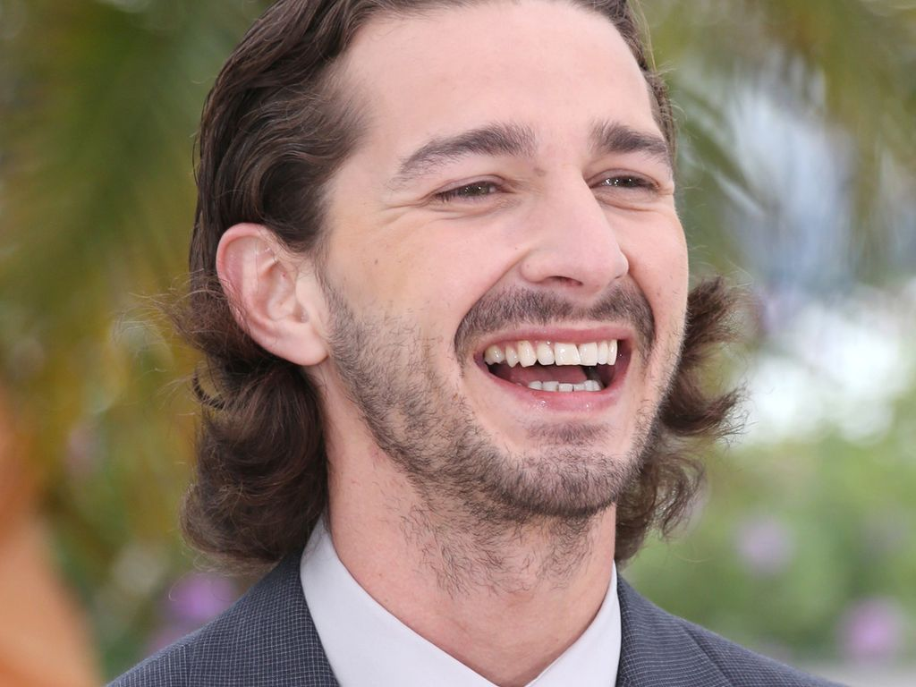 Shia LaBeouf lacht herzlich in Cannes