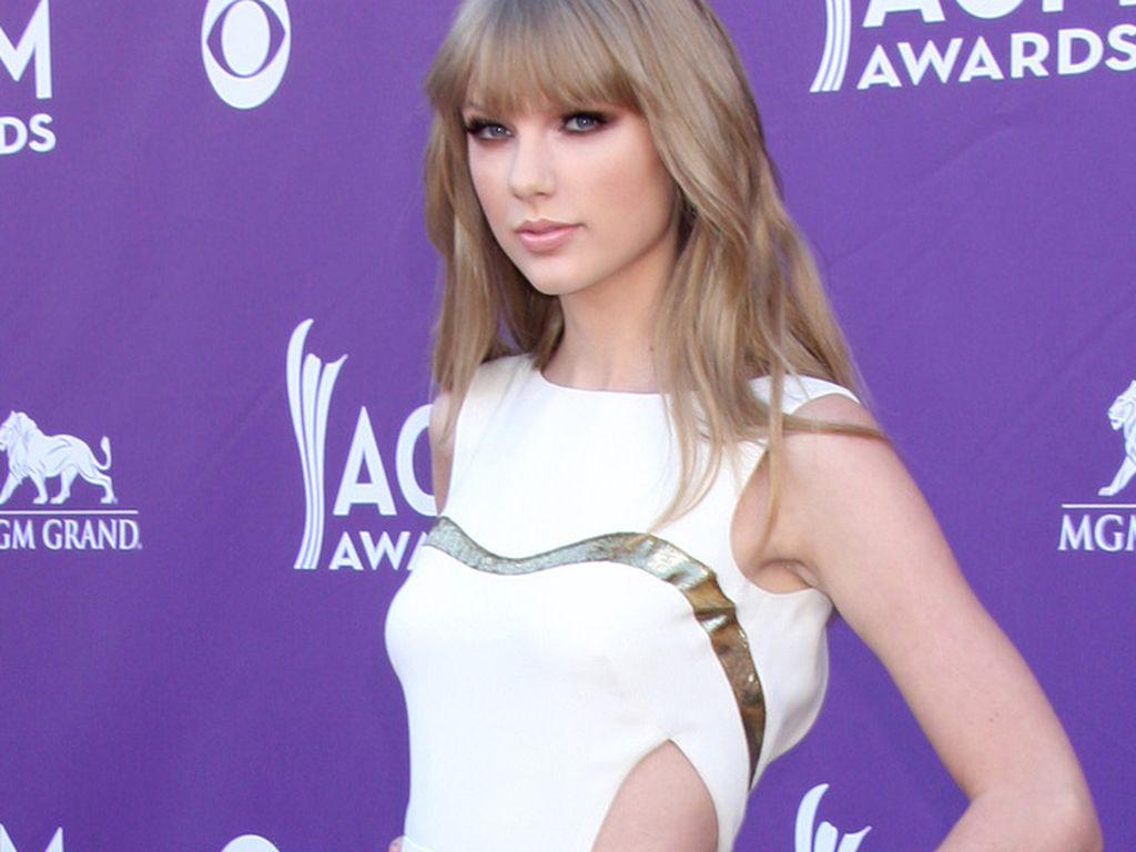 Taylor Swift im sexy Cut-Out Dress