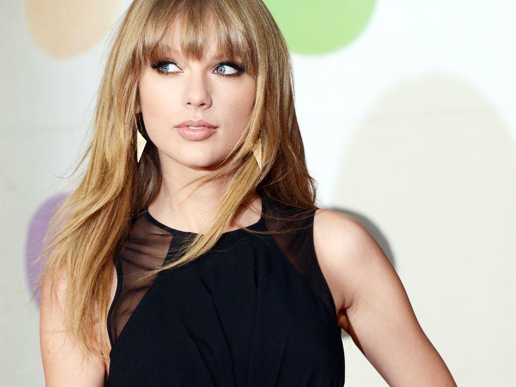 Taylor Swift schaut zur Seite
