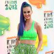 Ihr blauer Zopf mit violetten Strähnen bildete einen tollen Farbkontrast zum Outfit