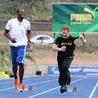 Zusammen mit Spitzen-Sportler Usain Bolt verbrachte er Zeit auf einem Sportplatz