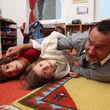 Zu Hause toben sie gerne im Kinderzimmer