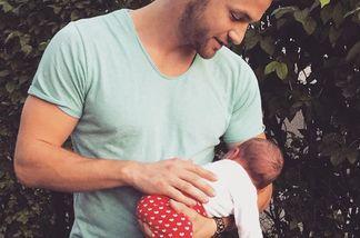 Was macht Bachelorette-Philipp denn mit einem Baby auf dem Arm?