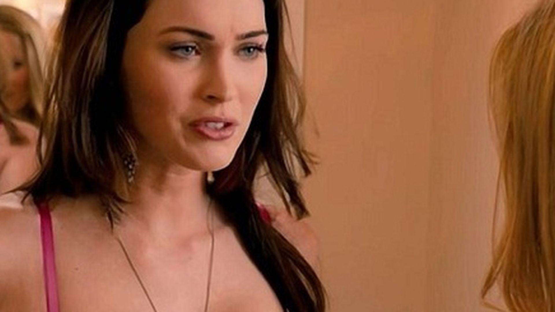 Megan Fox zeigt Brüste in Immer Ärger mit 40   Promiflash.de