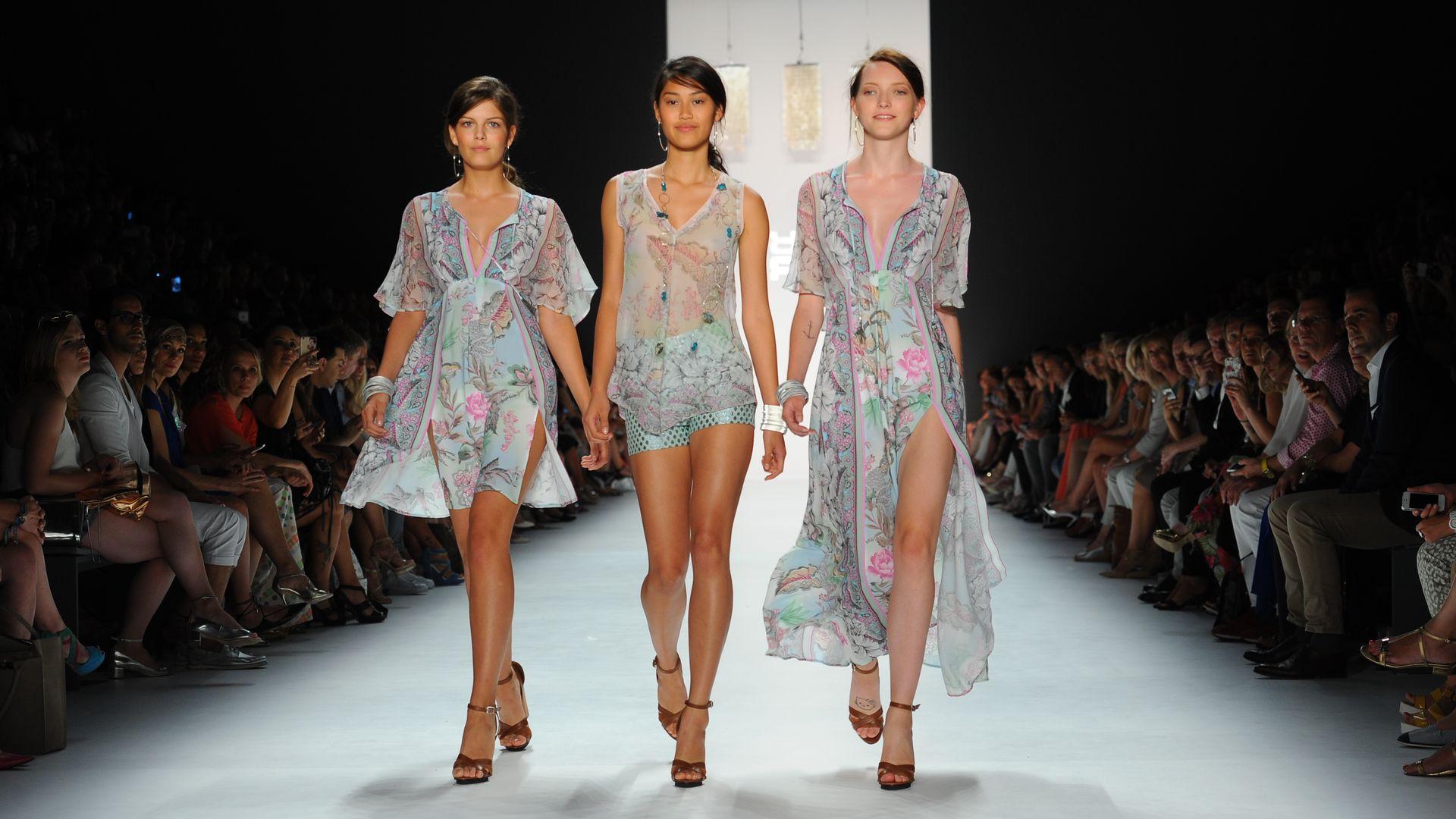 Fashion Week Gntm Finalistinnen Gemeinsam Auf Dem Catwalk