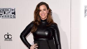 Alanis Morissette trägt schwarz