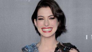 Anne Hathaway zeigt all ihre Zähne