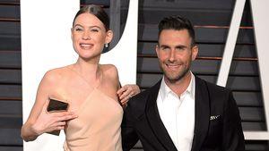 Behati Prinsloo und Adam Levine posieren bei der Vanity Fair-Party