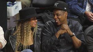 Beyoncé und Jay-Z schauen sich verliebt an