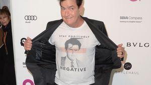 Charlie Sheen zeigt sein T-Shirt