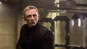 """Daniel Craig im Pulli und mit Waffe in """"Spectre"""""""