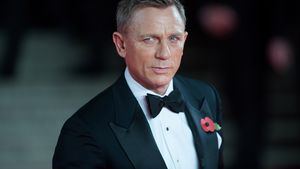 Daniel Craig im Smoking mit starrem Blick