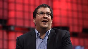 Dave Goldberg trägt eine Brille