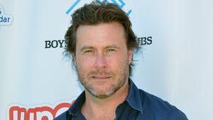 Dean McDermott in einem blauen Hemd