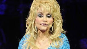 Dolly Parton im blauen Kleid