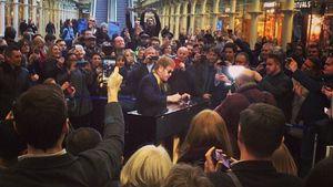 Elton John spielt in einem Bahnhof Klavier