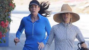 Felicity Huffmann joggt mit ihrem Hund