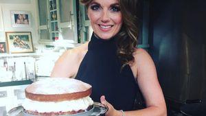 Geri Halliwell präsentiert ihren Kuchen