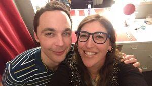 Jim Parsons und Mayim Bialik machen ein Selfie