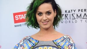 Katy Perry in einem gemusterten Kleid