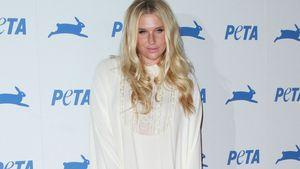 Kesha ganz in Weiß