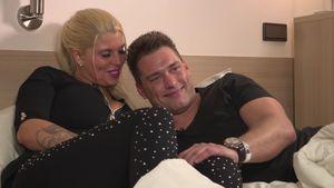 Kevin und Sharon kuscheln im Bett