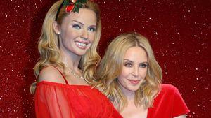 Kylie Minogue steht neben ihrer Wachsfigur