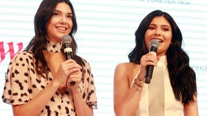 Kylie und Kendall Jenner mit Mikros in der Hand