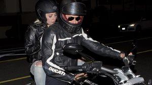 Lady GaGa und Bradley Cooper auf einem Motorrad