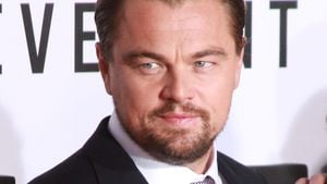Leonardo DiCaprio guckt zur Seite