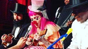 Madonna als Clown mit Ukulele