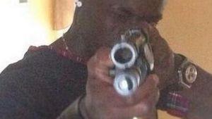 Mario Balotelli schießt mit einer Waffe