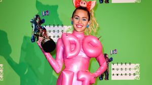 Miley Cyrus im pinken Do It Outfit